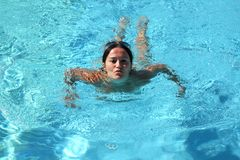 женщина заплывания бассеина ослабляя Стоковые Изображения