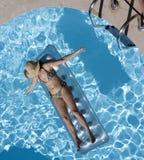 женщина заплывания кровати Стоковые Изображения