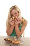 Женщина заполняя донуты на рот стоковая фотография rf