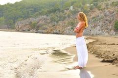 женщина захода солнца моря свободного полета стоящая Стоковое Фото
