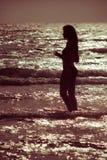 женщина захода солнца моря Стоковые Изображения RF