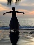 женщина захода солнца наблюдая Стоковое Фото
