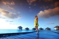 женщина захода солнца платья maldivian Стоковое фото RF