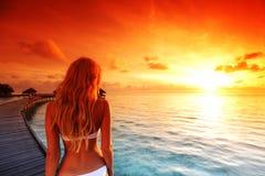 женщина захода солнца платья maldivian Стоковая Фотография