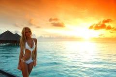 женщина захода солнца платья maldivian Стоковые Изображения RF