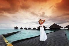 женщина захода солнца платья maldivian Стоковые Изображения
