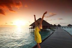 женщина захода солнца платья maldivian Стоковое Изображение RF