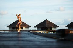 женщина захода солнца платья maldivian Стоковые Фотографии RF