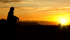 женщина захода солнца силуэта Стоковые Фотографии RF