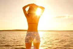женщина захода солнца Стоковое Изображение