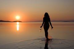 женщина захода солнца моря гуляя Стоковые Изображения RF