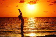 женщина захода солнца Стоковое Изображение RF