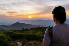 женщина захода солнца наблюдая Стоковые Фото