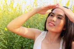 Женщина защищает солнце стороны Стоковые Фото