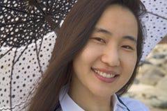 Женщина защищая от солнца стоковая фотография
