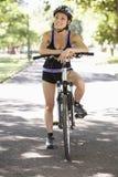 Женщина задействуя через парк Стоковое Изображение RF