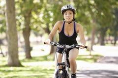 Женщина задействуя через парк Стоковая Фотография RF