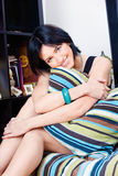 Женщина за подушкой дома Стоковое фото RF