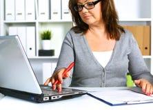 Женщина за столом в офисе Стоковое Изображение