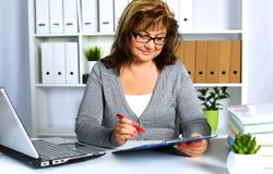 Женщина за столом в офисе Стоковое Изображение RF