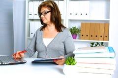 Женщина за столом в офисе Стоковые Фотографии RF