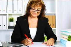 Женщина за столом в офисе Стоковое Фото