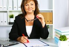Женщина за столом в офисе Стоковое фото RF