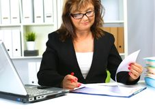 Женщина за столом в офисе Стоковые Изображения