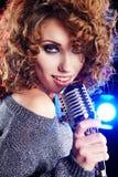женщина звезды ретро утеса mic пея Стоковые Фотографии RF