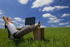 женщина зеленого офиса ослабляя Стоковая Фотография