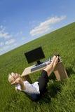 женщина зеленого офиса ослабляя Стоковая Фотография RF