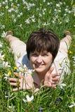 женщина зеленого цвета травы лежа Стоковая Фотография