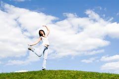 женщина зеленого цвета травы танцульки милая Стоковые Изображения RF