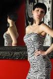 женщина зеркала сексуальная стоящая Стоковые Фото