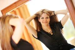 женщина зеркала стоковое изображение rf
