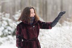 Женщина зимы имеет потеху outdoors Стоковые Фотографии RF