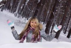 женщина зимы пущи милая ся стоковые фотографии rf