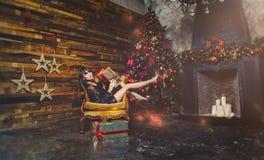 Женщина зимы рождества с подарками на рождество Fairy красивый состав рождества и рождественской елки праздничный Девушка бросает Стоковые Изображения