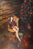 Женщина зимы рождества с подарками на рождество Fairy красивый состав рождества и рождественской елки праздничный Бокс подарка де Стоковое фото RF