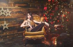 Женщина зимы рождества с подарками на рождество Fairy красивый состав рождества и рождественской елки праздничный Бокс подарка де Стоковые Фото