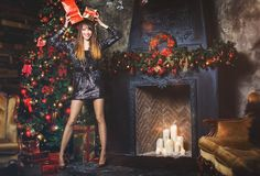 Женщина зимы рождества с подарками на рождество Fairy красивый состав рождества и рождественской елки праздничный Девушка с короб Стоковая Фотография