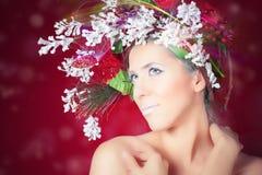 Женщина зимы рождества с стилем причёсок дерева и составом, фотомоделью Стоковые Фото