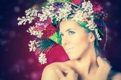 Женщина зимы рождества с стилем причёсок дерева и составом, фотомоделью Стоковое Изображение RF