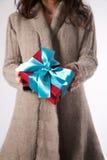Женщина зимы с красным подарком Стоковое Изображение RF