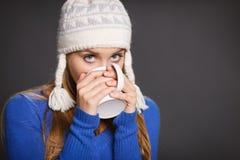 Женщина зимы с чашкой чаю Стоковое Изображение