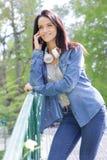 Женщина зноня по телефону в природе Стоковая Фотография RF