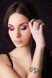 женщина золотистого кольца браслета нося Стоковое фото RF