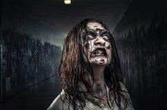 Женщина зомби с кровопролитной стороной Стоковые Изображения RF