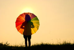 женщина зонтика захода солнца силуэта Стоковое Фото