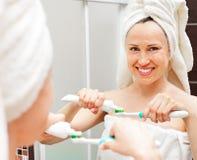 женщина зубной пасты зубной щетки Стоковые Изображения